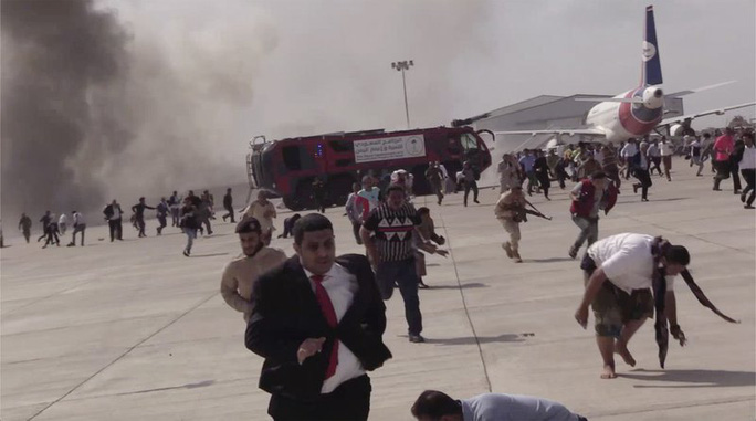 Vụ nổ ở sân bay Yemen gây thương vong cho khoảng 140 người - Ảnh 1.