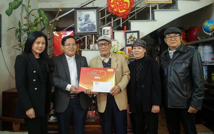 Mai vàng nhân ái thăm và tặng quà NSƯT Nguyễn Hồng Minh - Ảnh 1.
