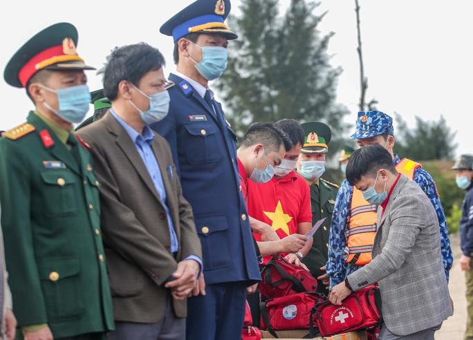 Báo Người Lao Động trao tặng 2.000 lá cờ Tổ quốc cho ngư dân tỉnh Nghệ An - Ảnh 7.
