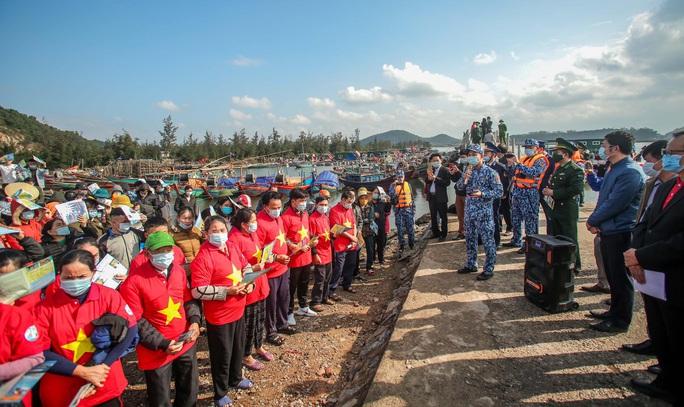 Báo Người Lao Động trao tặng 2.000 lá cờ Tổ quốc cho ngư dân tỉnh Nghệ An - Ảnh 19.