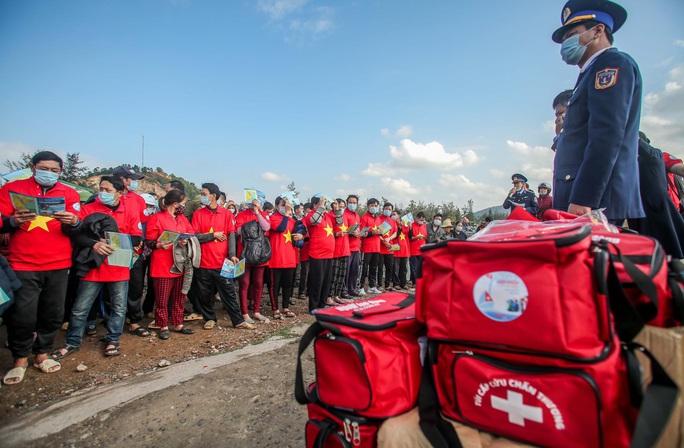 Báo Người Lao Động trao tặng 2.000 lá cờ Tổ quốc cho ngư dân tỉnh Nghệ An - Ảnh 20.