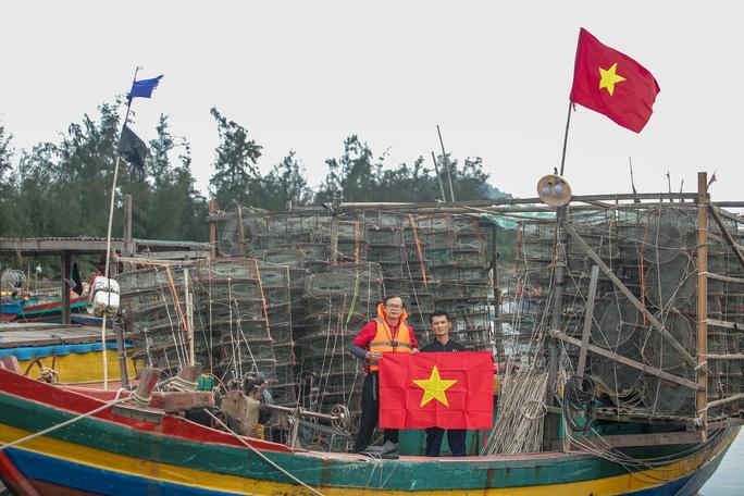Báo Người Lao Động trao tặng 2.000 lá cờ Tổ quốc cho ngư dân tỉnh Nghệ An - Ảnh 21.