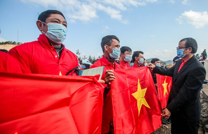 Trao 2.000 lá cờ Tổ quốc cho ngư dân Nghệ An - Ảnh 1.