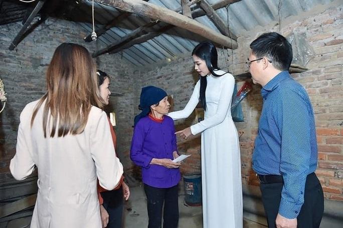 Tân hoa hậu Đỗ Thị Hà lên tiếng khi bị chê đi từ thiện kiểu làm màu - Ảnh 1.