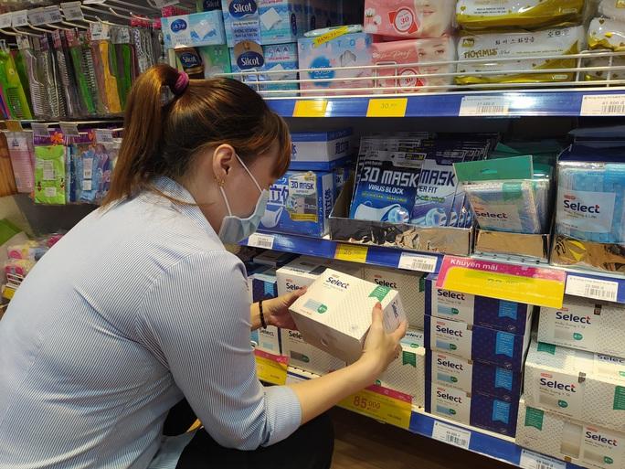 Siêu thị Việt tặng khẩu trang vải kháng khuẩn cho khách hàng đến hết tháng 12 - Ảnh 1.