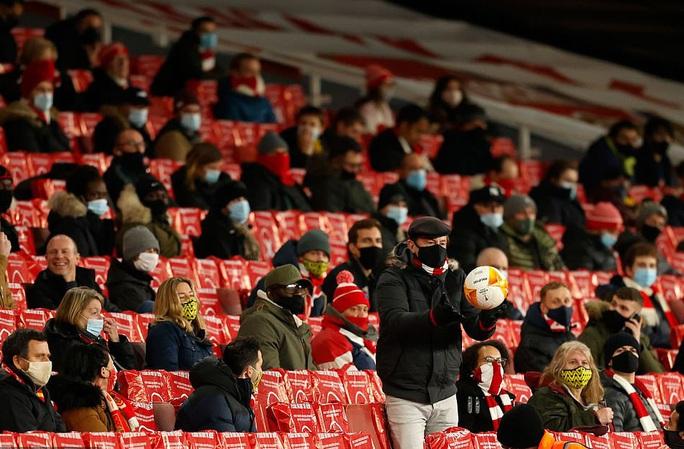 2.000 khán giả tiếp lửa, Arsenal gây sốc với trận thắng thứ 5 Europa League - Ảnh 1.
