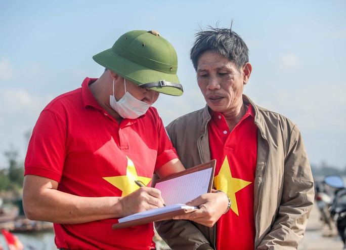 Báo Người Lao Động trao tặng 2.000 lá cờ Tổ quốc cho ngư dân tỉnh Nghệ An - Ảnh 5.