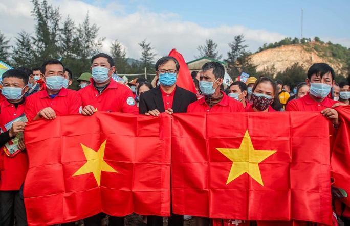 Báo Người Lao Động trao tặng 2.000 lá cờ Tổ quốc cho ngư dân tỉnh Nghệ An - Ảnh 6.