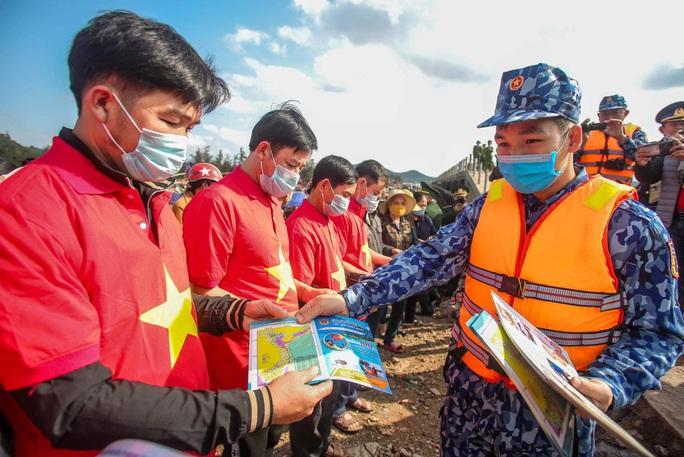 Báo Người Lao Động trao tặng 2.000 lá cờ Tổ quốc cho ngư dân tỉnh Nghệ An - Ảnh 8.