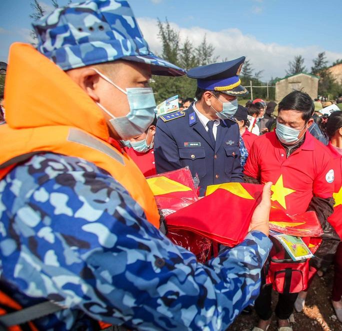 Báo Người Lao Động trao tặng 2.000 lá cờ Tổ quốc cho ngư dân tỉnh Nghệ An - Ảnh 9.