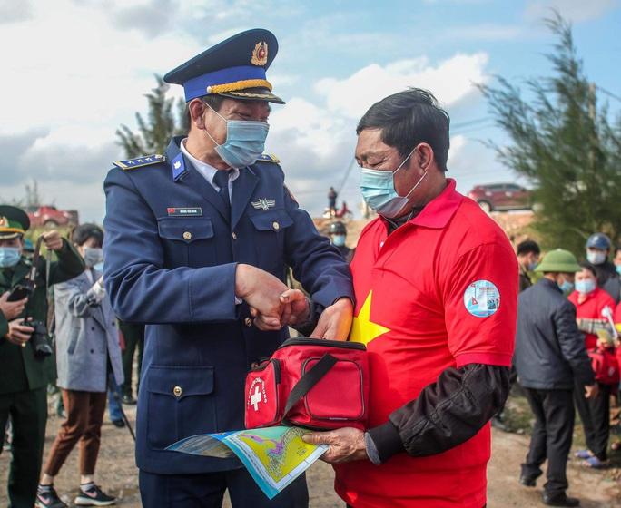Báo Người Lao Động trao tặng 2.000 lá cờ Tổ quốc cho ngư dân tỉnh Nghệ An - Ảnh 10.