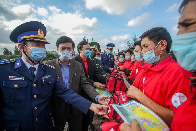 Báo Người Lao Động trao tặng 2.000 lá cờ Tổ quốc cho ngư dân tỉnh Nghệ An - Ảnh 11.