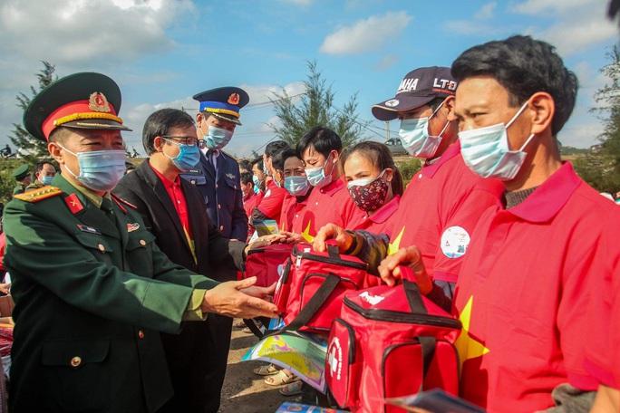 Báo Người Lao Động trao tặng 2.000 lá cờ Tổ quốc cho ngư dân tỉnh Nghệ An - Ảnh 12.