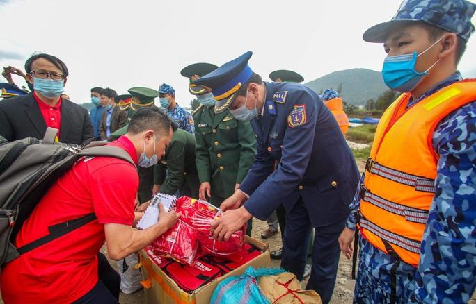 Báo Người Lao Động trao tặng 2.000 lá cờ Tổ quốc cho ngư dân tỉnh Nghệ An - Ảnh 13.