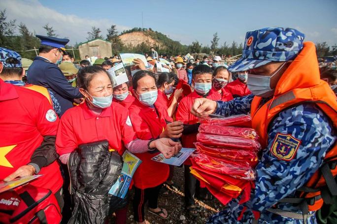 Báo Người Lao Động trao tặng 2.000 lá cờ Tổ quốc cho ngư dân tỉnh Nghệ An - Ảnh 14.