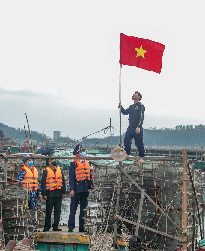 Báo Người Lao Động trao tặng 2.000 lá cờ Tổ quốc cho ngư dân tỉnh Nghệ An - Ảnh 15.