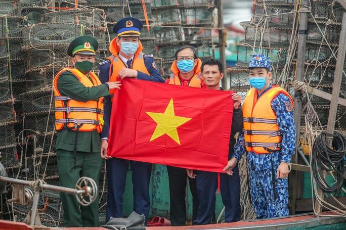Báo Người Lao Động trao tặng 2.000 lá cờ Tổ quốc cho ngư dân tỉnh Nghệ An - Ảnh 16.