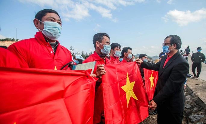 Báo Người Lao Động trao tặng 2.000 lá cờ Tổ quốc cho ngư dân tỉnh Nghệ An - Ảnh 1.