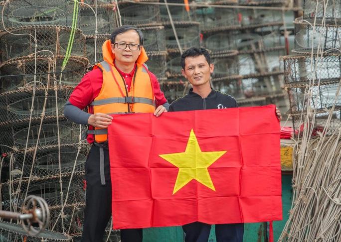 Báo Người Lao Động trao tặng 2.000 lá cờ Tổ quốc cho ngư dân tỉnh Nghệ An - Ảnh 18.
