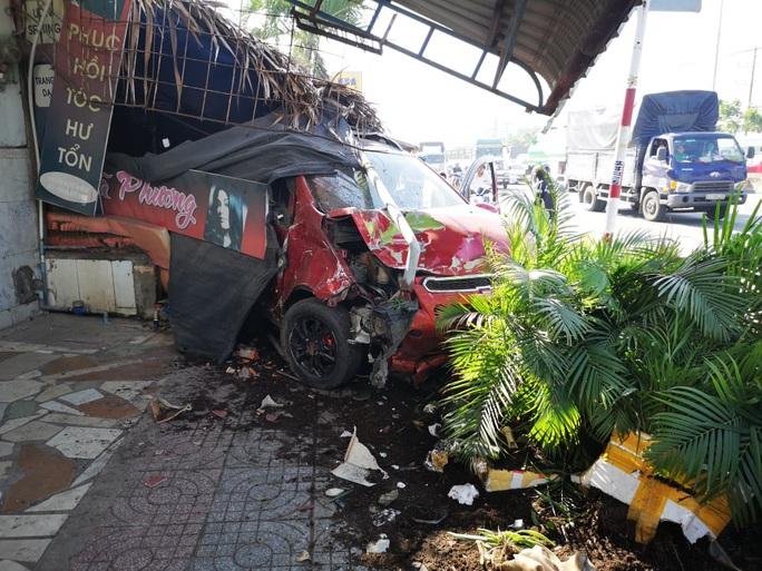 Ôtô tông hàng loạt xe máy, làm sập quán cà phê ven đường - Ảnh 5.