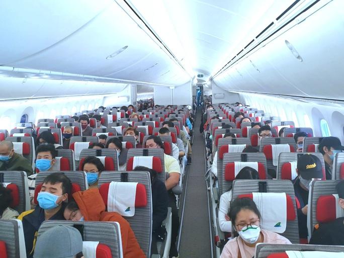 Gần 300 người Việt Nam từ Nga về nước - Ảnh 1.