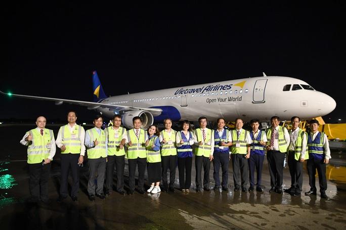 Cận cảnh máy bay đầu tiên và dàn tiếp viên của Vietravel Airlines ở sân bay Tân Sơn Nhất - Ảnh 6.