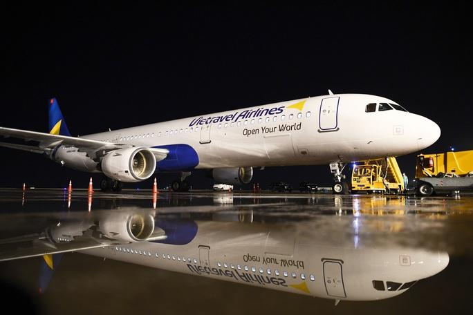Cận cảnh máy bay đầu tiên và dàn tiếp viên của Vietravel Airlines ở sân bay Tân Sơn Nhất - Ảnh 4.