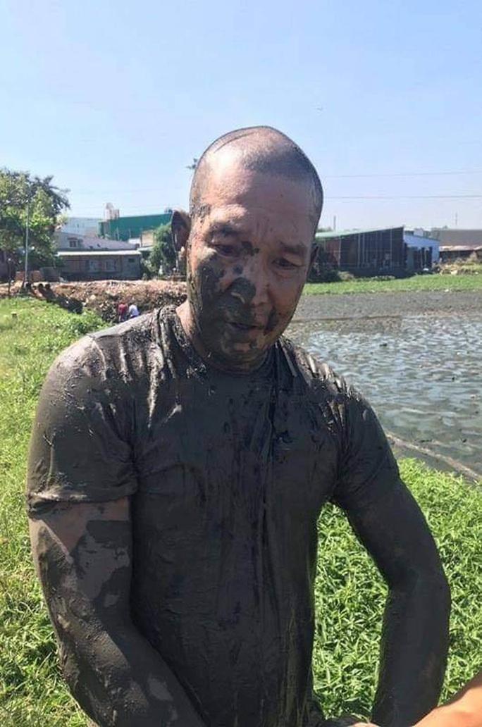 Ôm ma túy lao xuống ao bùn khi bị trinh sát truy đuổi - Ảnh 1.