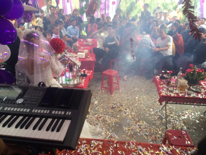 Chơi ngông đốt pháo trong ngày cưới, chú rể bị phạt 1,5 triệu đồng - Ảnh 1.