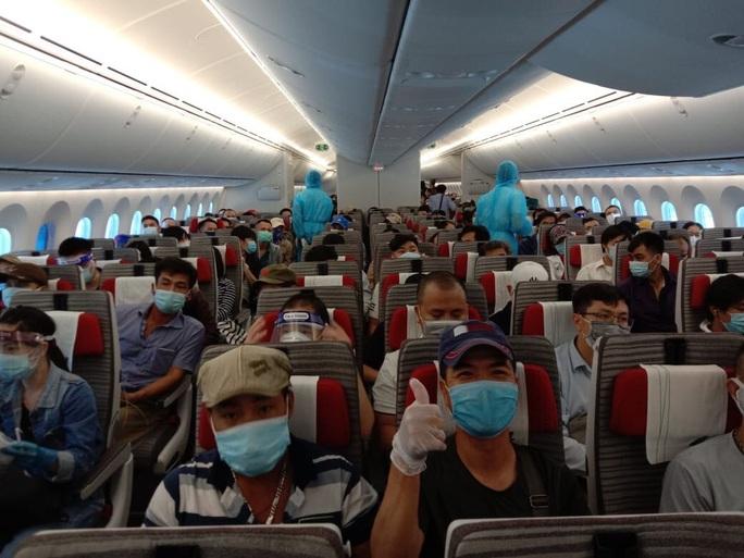 Gần 280 người Việt từ Ả Rập Saudi về nước trên máy bay  Bamboo Airways - Ảnh 1.
