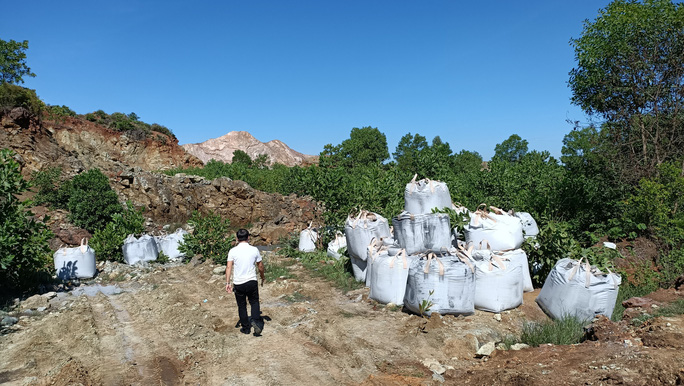 Mang chất thải từ Ninh Bình về Thanh Hóa đổ trộm, bị phạt 80 triệu đồng - Ảnh 1.