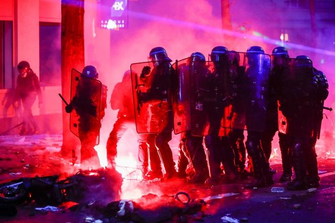 Người biểu tình tấn công cảnh sát Pháp - Ảnh 1.