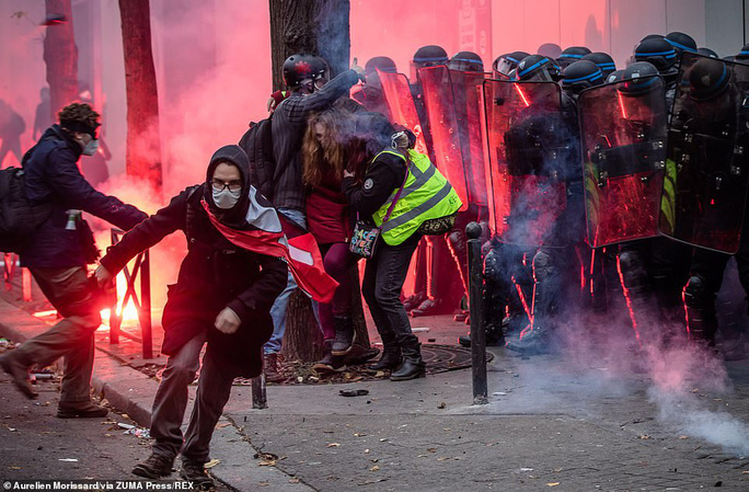 Bạo loạn nổ ra tại Pháp - Ảnh 1.