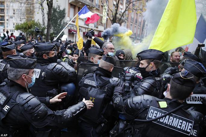 Bạo loạn nổ ra tại Pháp - Ảnh 2.