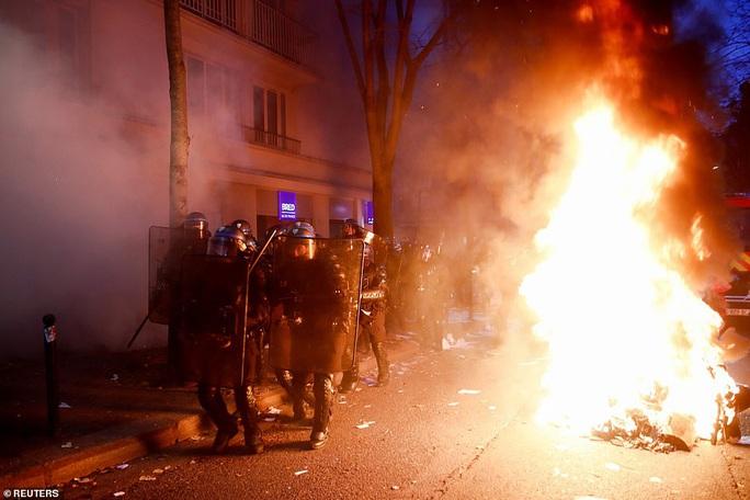 Bạo loạn nổ ra tại Pháp - Ảnh 4.