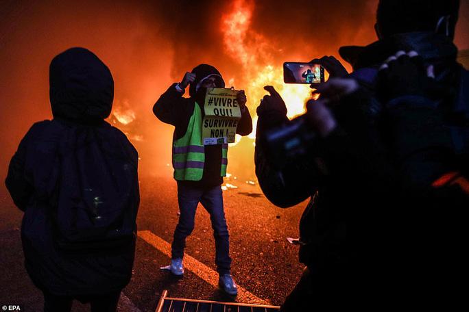Bạo loạn nổ ra tại Pháp - Ảnh 6.