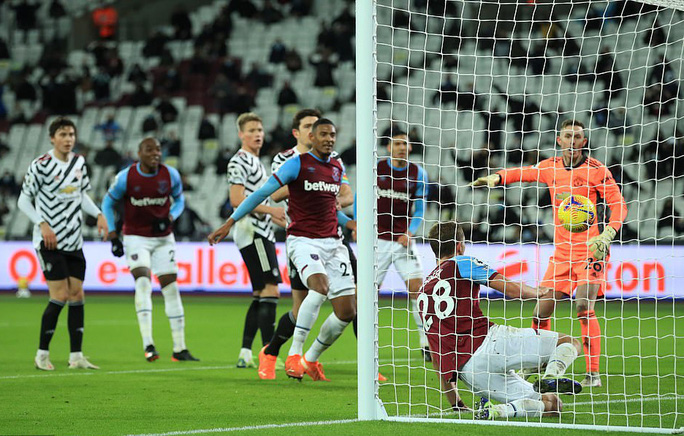 Ngược dòng ngoạn mục, Man United thắng tranh cãi chủ nhà West Ham - Ảnh 3.