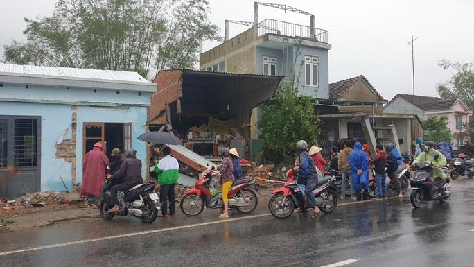 Kinh hoàng xe container càn quét 7 nhà dân bên Quốc lộ 1, nhiều người thoát chết - Ảnh 4.