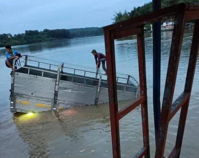 Xe tải lao thẳng xuống sông Đồng Nai - Ảnh 1.