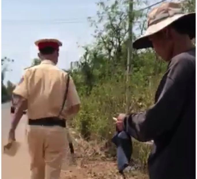 Vụ sếp can thiệp gỡ xe vi phạm ở Đồng Nai: Tạm đình chỉ công tác 2 trung tá CSGT - Ảnh 1.