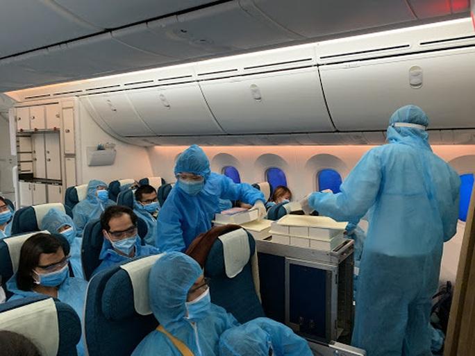 Vietnam Airlines đưa gần 360 người Việt từ Mỹ về nước - Ảnh 1.