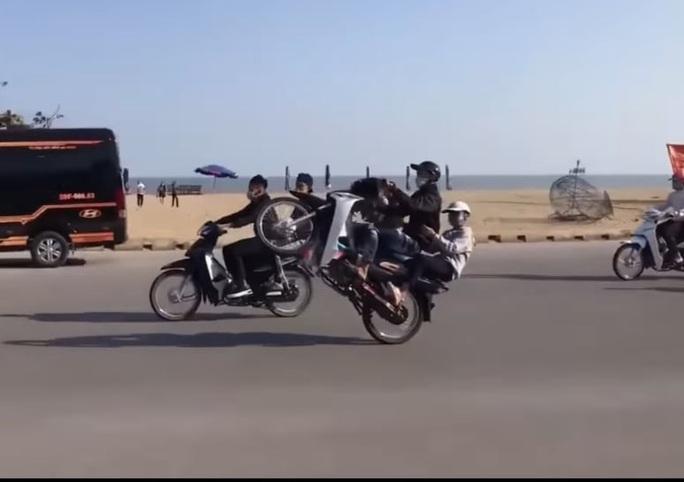 CLIP: Hàng chục thanh niên đầu trần, bốc đầu phóng xe máy ầm ầm ở Sầm Sơn - Ảnh 3.