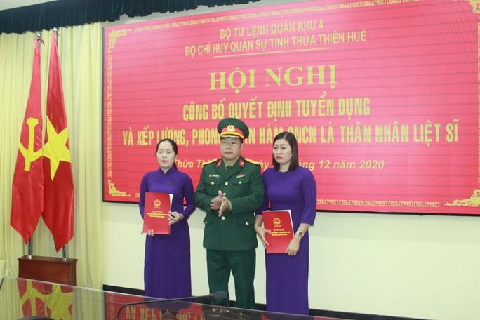 Thêm 2 người vợ liệt sĩ Rào Trăng được tuyển vào quân đội - Ảnh 1.