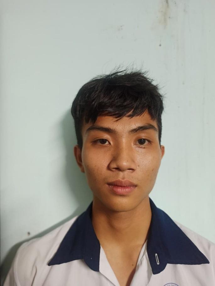 TP HCM: 3 người đàn ông ở Bình Tân bất ngờ bị chém tới tấp - Ảnh 2.