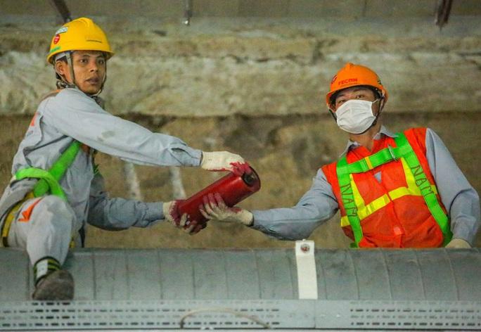 Cận cảnh lắp ráp robot đào hầm tuyến đường sắt đô thị Nhổn - ga Hà Nội - Ảnh 8.