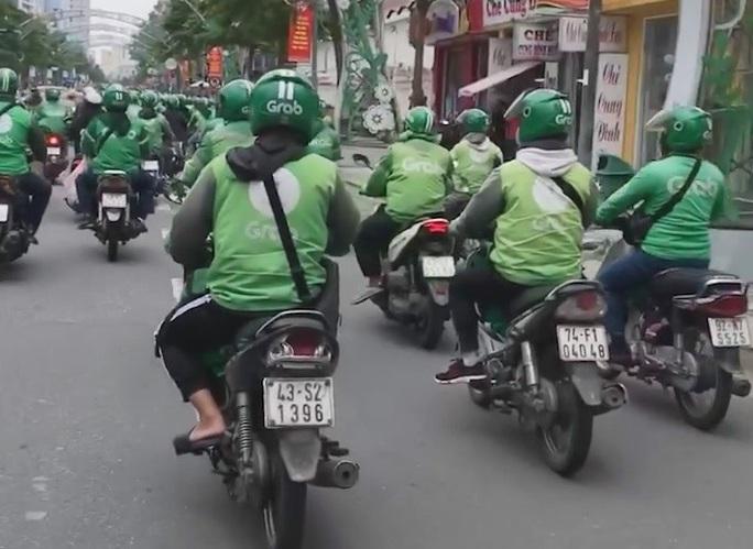 CLIP: Hàng trăm tài xế Grab gây náo loạn đường phố Đà Nẵng - Ảnh 4.