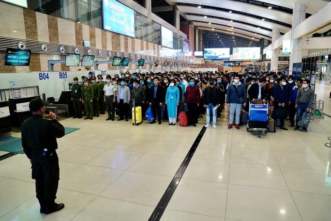Cận cảnh sân bay Nội Bài kích hoạt báo động khẩn nguy đối phó nhóm gây rối - Ảnh 1.