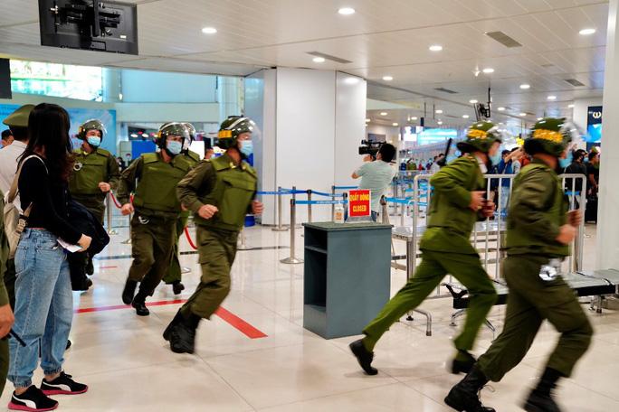 Cận cảnh sân bay Nội Bài kích hoạt báo động khẩn nguy đối phó nhóm gây rối - Ảnh 14.