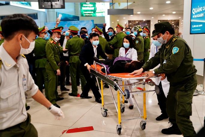 Cận cảnh sân bay Nội Bài kích hoạt báo động khẩn nguy đối phó nhóm gây rối - Ảnh 16.