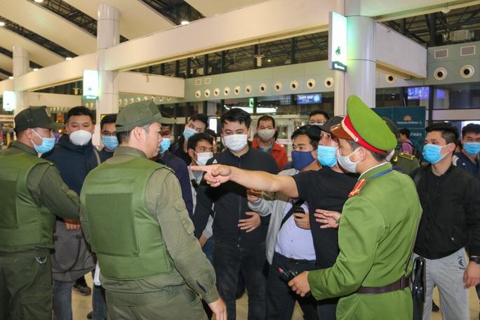Cận cảnh sân bay Nội Bài kích hoạt báo động khẩn nguy đối phó nhóm gây rối - Ảnh 17.